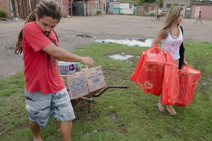 Natal Solidário 2014 - Alisson e Nana chegando com o restante das doações encaminhadas a CDP.